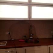 Het aanbrengen van verlichting in een keukenkast